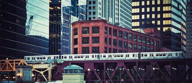 Vue panoramique du train surélevé à chicago