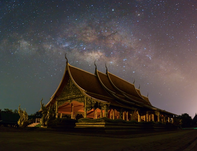 Vue panoramique du wat sirindhornwararam ubon ratchathani, thaïlande.