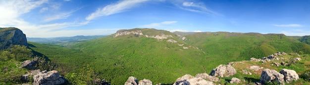 Vue panoramique d'été sur la vallée de la rivière kokkozka (montagne de crimée, ukraine). grand canyon de crimée à l'extrême gauche.