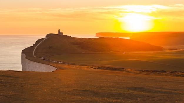 Vue panoramique des falaises des sept soeurs au coucher du soleil