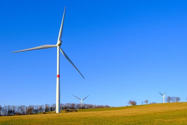 Vue panoramique de la ferme éolienne avec espace copie