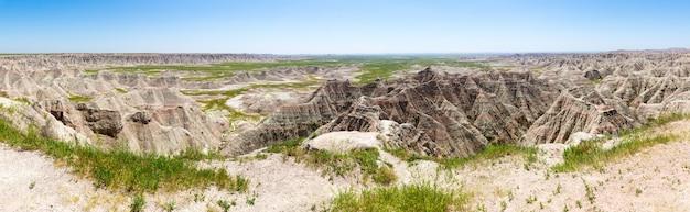 Vue panoramique sur les formations rocheuses en journée ensoleillée
