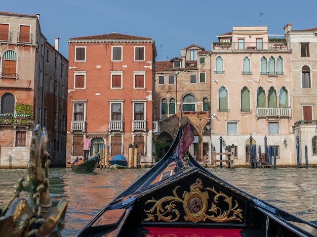 Vue panoramique sur le grand canal de venise avec des bâtiments historiques et des gondoles d'autres télécabines. journée ensoleillée d'été et ciel coucher de soleil