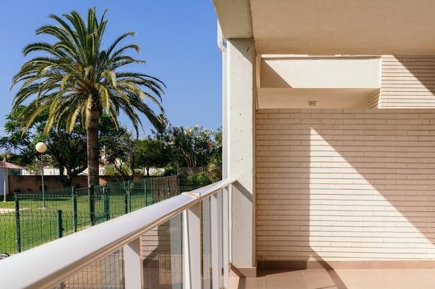 Vue panoramique horizontale de l'appartement vide avec vue tropicale. retraite de vacances de destination d'été.