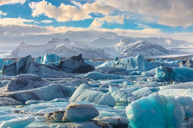 Vue panoramique des icebergs dans le lagon du glacier de jokulsarlon