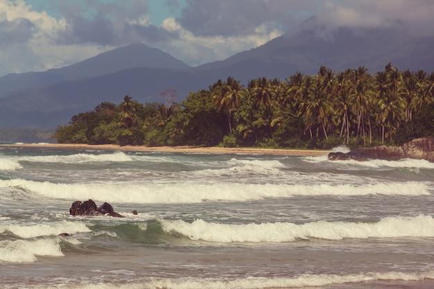 Vue panoramique imprenable sur la baie de la mer et les îles de montagne, palawan, philippines