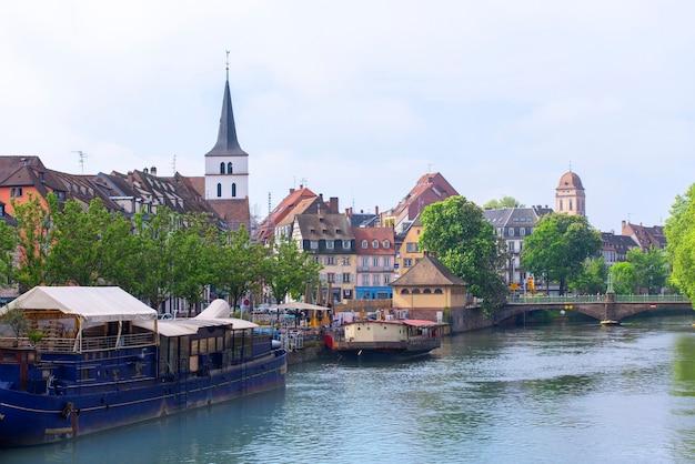 Vue panoramique imprenable sur la vieille ville de strasbourg à l'architecture traditionnelle française