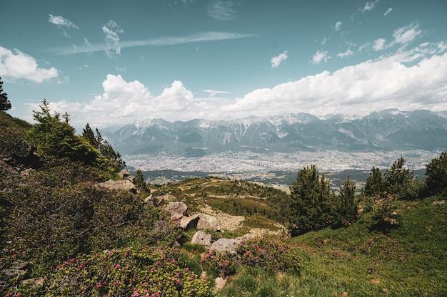 La vue panoramique sur innsbruck depuis la montagne à côté