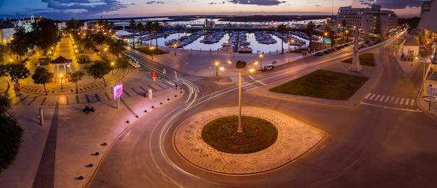 Vue panoramique sur le jardin et le port de plaisance de la belle ville de faro, portugal.