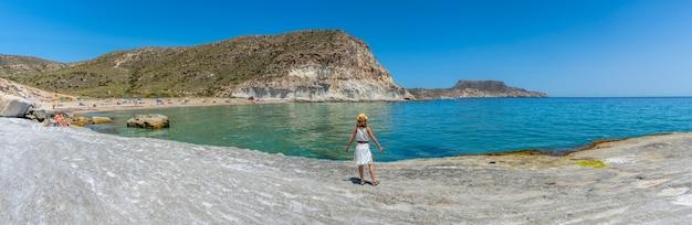 Vue panoramique d'une jeune femme sur la plage d'enmedio à cabo de gata par une belle journée d'été, almería