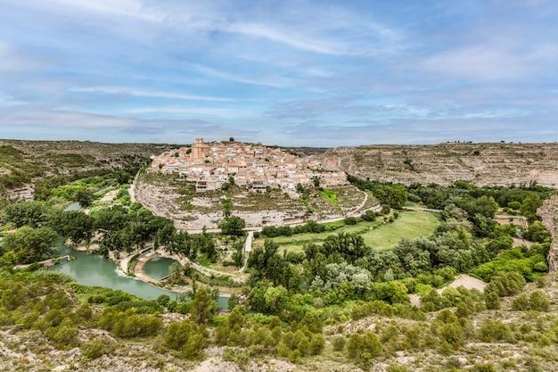 Vue panoramique de jorquera petit village dans un méandre de la rivière jucar province d'albacete espagne