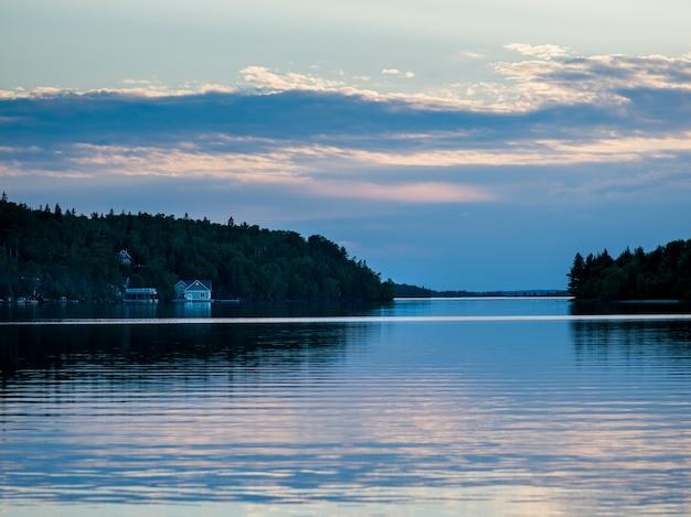 Vue panoramique sur le lac au coucher du soleil, kenora, lake of the woods, ontario, canada