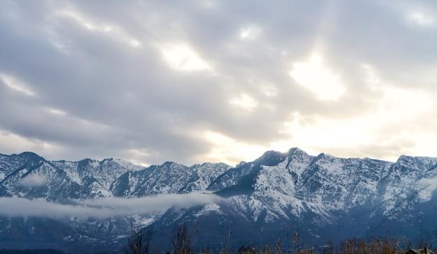 Vue panoramique sur le lac et les montagnes enneigées dans le ciel