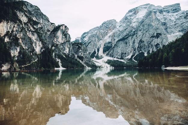 Vue panoramique sur le lago di braies dans les dolomites.