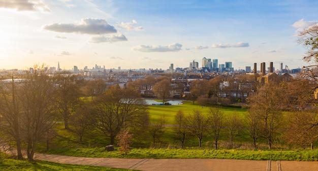 Vue panoramique de londres depuis le parc de greenwich au coucher du soleil