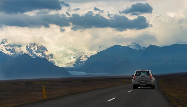 Vue panoramique de la longue route aller au glacier skaftafell, parc national de vatnajokull en été en islande