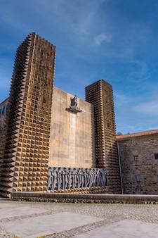 Vue panoramique sur le magnifique sanctuaire d'aranzazu dans la ville d'oñati, gipuzkoa. sites emblématiques du pays basque, photo verticale