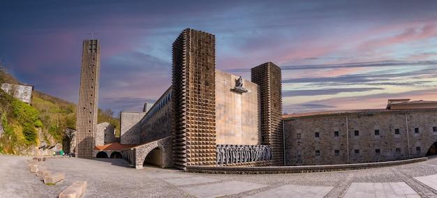 Vue panoramique sur le magnifique sanctuaire d'aranzazu dans la ville d'oñati, gipuzkoa. sites emblématiques du pays basque