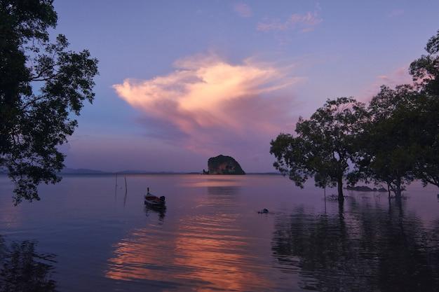 Vue panoramique sur la mer au coucher du soleil