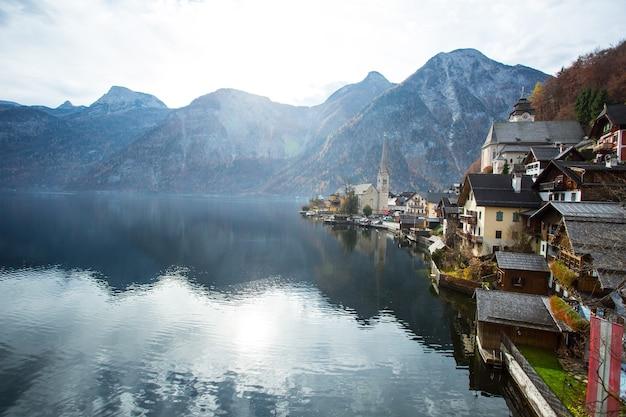 Vue panoramique sur la montagne hallstatt et le lac alpin, en autriche.