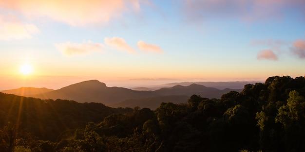 Une vue panoramique de la montagne le matin.