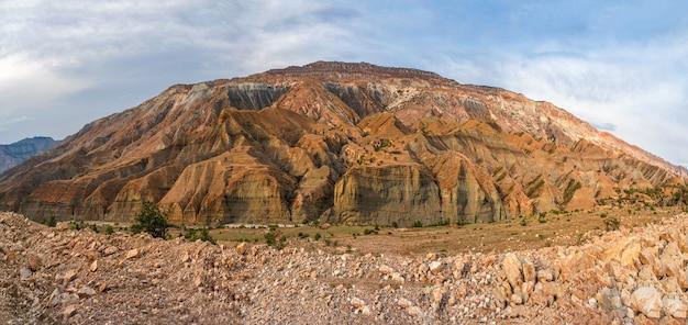 Vue panoramique sur la montagne rouge coupée de canyons.