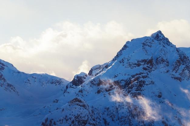 Vue panoramique sur les montagnes alpines au coucher ou au lever du soleil