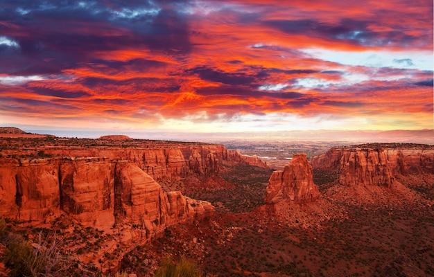 Vue panoramique sur les montagnes au colorado national monument park au lever du soleil, états-unis, état du colorado