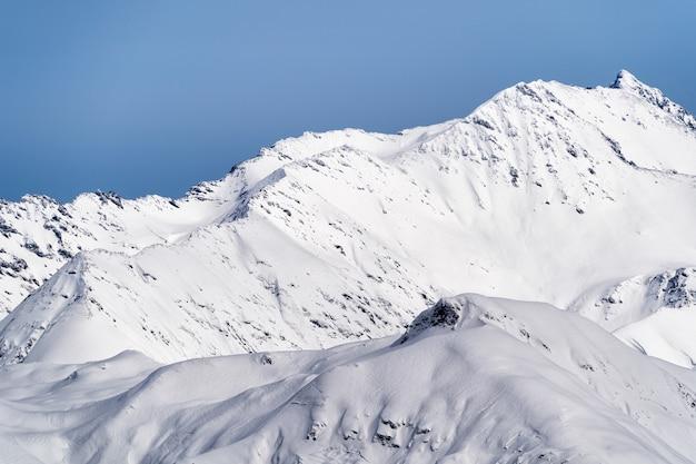 Vue panoramique sur les montagnes du caucase du ski