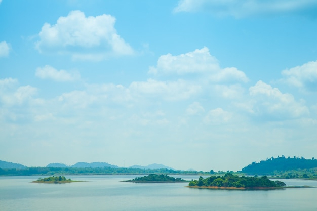 Vue panoramique sur les montagnes, les îles et les forêts.