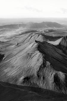 Vue panoramique sur les montagnes naturelles bw