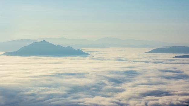 Vue panoramique naturelle de la montagne et de la couverture arborée verte avec le brouillard du matin au lever du soleil avec un ciel de beauté spectaculaire.