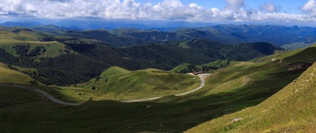 Vue panoramique sur les nuages au-dessus des collines près du mont elbrus