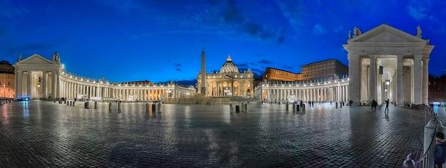 Vue panoramique de nuit sur la place saint-pierre à rome, en italie, avec les immenses colonnades doriques, l'ancien obélisque égyptien et la basilique