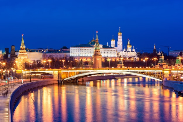 Vue panoramique sur le palais du kremlin avec la rivière moskva