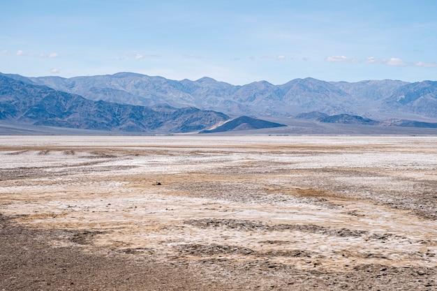 Vue panoramique d'un paysage désertique de death valley en californie usa une journée ensoleillée
