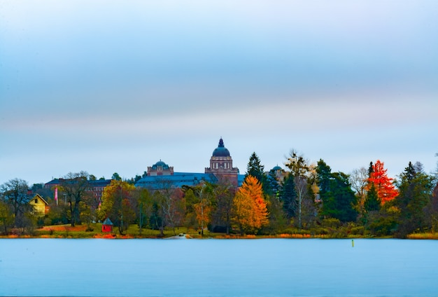 Vue panoramique sur le paysage des feuilles d'automne sur les arbres avec un vieux bâtiment