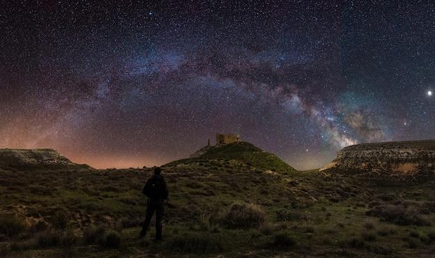 Vue panoramique d'un paysage de nuit avec l'arc de la voie lactée en espagne