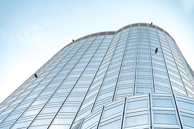 Vue panoramique et perspective du dessous sur les gratte-ciel en verre bleu acier, concept d'entreprise d'architecture industrielle réussie