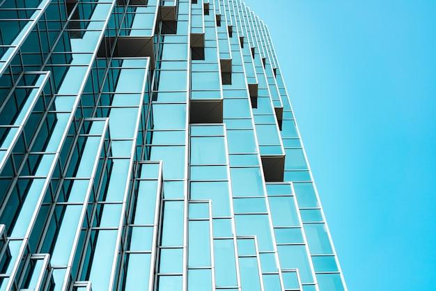 Vue panoramique et perspective du dessous sur les gratte-ciel en verre bleu tiffany en acier, concept d'entreprise d'architecture industrielle réussie