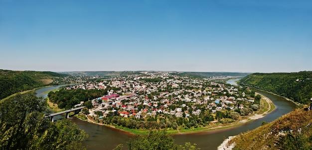 Vue panoramique de la petite ville autour de la péninsule avec rivière et pont. zalischyky, ukraine europe