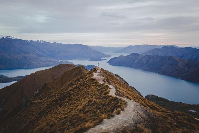 Vue panoramique sur le pic roys en nouvelle-zélande avec des montagnes au loin sous un léger cloudscape