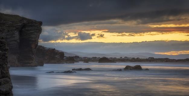 Vue panoramique sur une plage de las catedrales à ribadeo, espagne