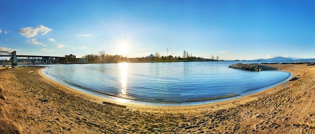Vue panoramique de la plage de sable fin.