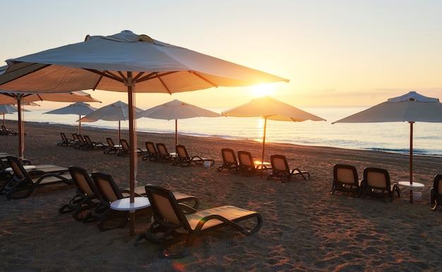 Vue panoramique sur la plage de sable sur la plage avec chaises longues et parasols ouverts sur la mer et les montagnes. amara dolce vita hôtel de luxe. recours. tekirova-kemer. dinde