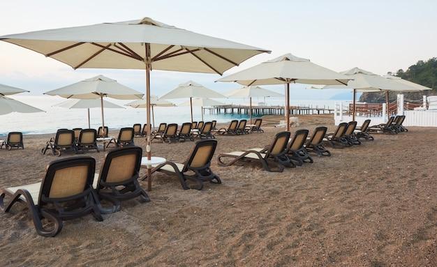 Vue panoramique sur la plage de sable privée avec chaises longues depuis la mer et les montagnes. amara dols vita hôtel de luxe. recours. tekirova kemer. dinde.