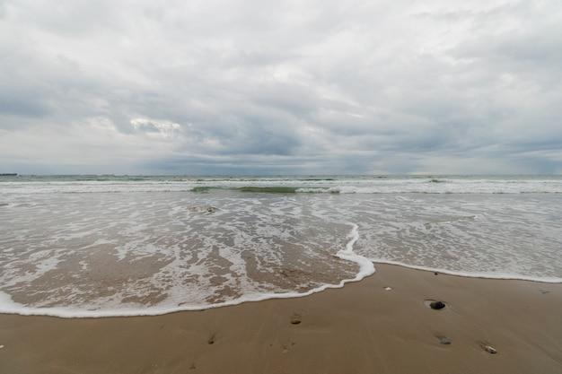 Vue panoramique de la plage sous le ciel orageux