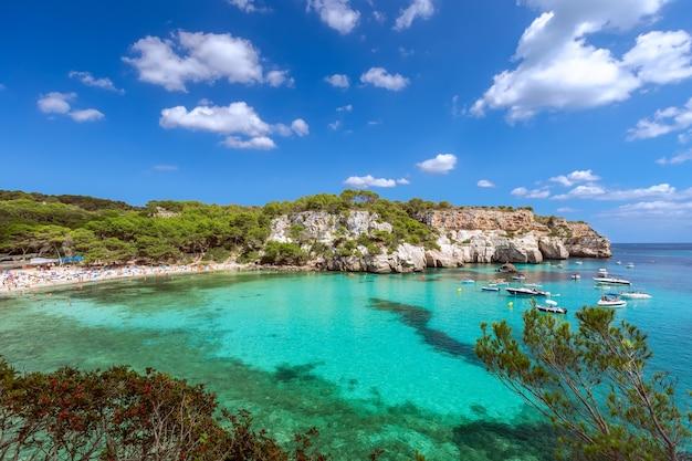 Vue panoramique sur la plus belle plage de cala macarella de l'île de minorque, iles baléares, espagne