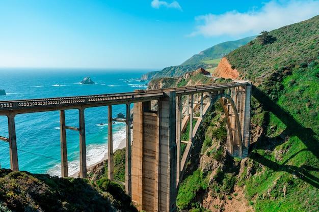 Vue panoramique sur le pont de bixby creek sur la côte de big sur en californie