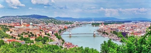 Vue panoramique sur le pont elisabeth et budapest, pont reliant buda et pest sur le danube.